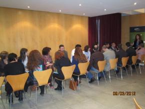 Asistentes al desayuno practicando networking