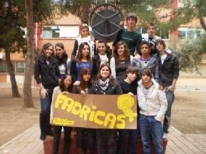 Los miembros de la cooperativa del IES El Caminàs con su emblema